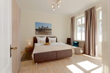 Die insgesamt sechs Schlafplätze des modernen Drei-Zimmer-Appartements verteilen sich auf zwei Schlafräume. Das erste Schlafgemach ist mit einem Doppelbett ausgestattet sowie einer Schlafcouch.