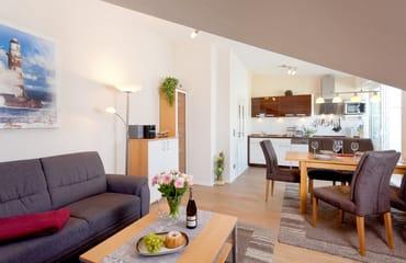 Die im Wohnbereich integrierte Küchenzeile lässt dank Geschirrspüler, Backofen, Mikrowelle und vielen Extras keine Wünsche offen.