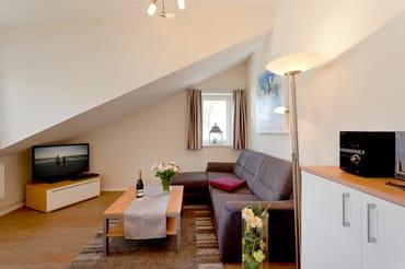 Der Wohnbereich lädt mit einer bequemen Polstersitzecke zum Entspannen ein. Flachbildfernseher, DVD-Player und CD-Player sorgen zusätzlich für unterhaltsame Stunden.