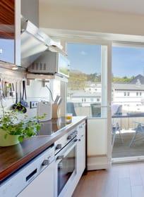 Die Küche ist mit allen Extras ausgestattet, was das Kochherz höher schlagen lässt. Der angrenzende Balkon lädt zu zahlreichen Sonnenstunden ein.