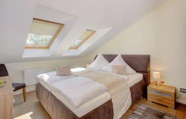 Die beiden Schlafräume laden mit je einem hochwertigen Doppelbett ...