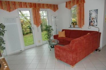 Großzügiges Wohnzimmer mit gemütlicher Sitzecke; 2 Leselampen. Wohnzimmer, Küche und Bad mit zusätzlicher Fußbodentemperierung.