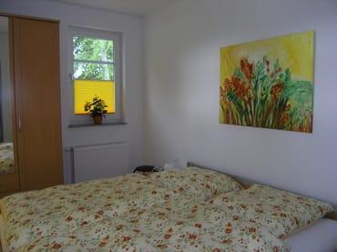 Schlafzimmer mit Doppelbett; sehr hochwertige Matratzen und Lattenroste. Geräumiger Kleiderschrank, Schuhschrank und Frisierspiegel.