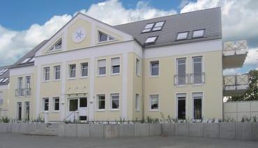 Das Haus wurde 2004 im Stil der Bäderarchitektur erbaut und sehr exklusiv augestattet.. Ihnen steht ein privater Pkw-Einstellplatz sowie ein abschließbarer Fahrradunterstand zur Verfügung.