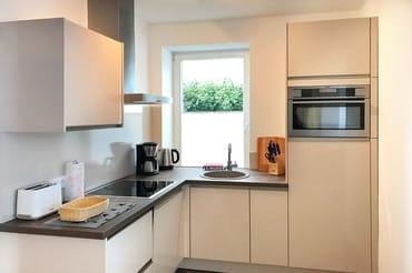 Wohnküche  u.a. mit Geschirrspüler, Backofen, Mikrowelle und Ceranfeld
