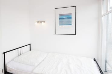 2.Schlafzimmer mit 2 Einzelbetten mit Zugang zur sonnigen Dachterrasse in Richtung Süden