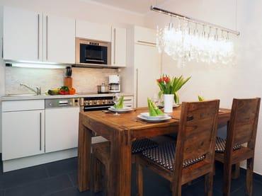 im Wohnbereich integrierte Küchenzeile mit Eßtisch