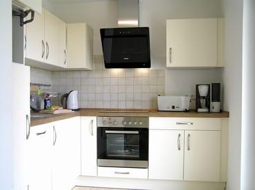 Küche mit Geschirrspüler, Herd / Backofen, Mikrowelle, Spüle, Kühlschrank mit Gefrierfach, Wasserkocher, Toaster, Kaffeemaschine