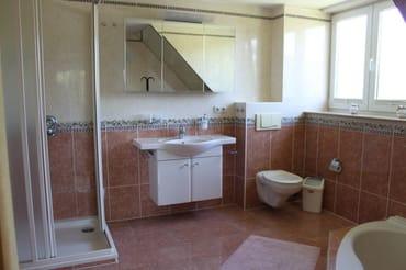 Bad 1 mit Dusche und Eckbadewanne