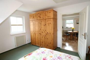 Schlafzimmer mit geräumigem Schrank