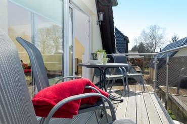 sonniger Balkon mit Gartenmöbel für 4 Personen