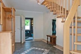 Flur mit Treppe zu den Wohn-und Schlafzimmern