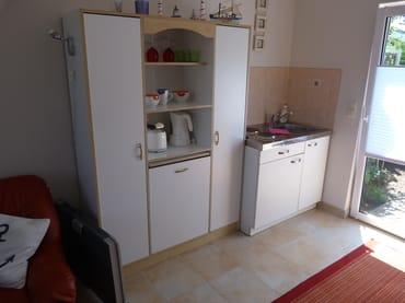 Wasserkocher, Toaster, 2 Platten-Kochfeld, Kühlschrank, Spüle