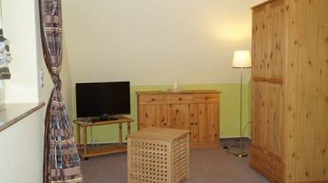 Schlafzimmer oben mit Doppelbett und Fernseher