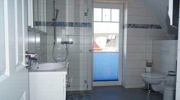 Bad oben mit Dusche/WC/Sauna Waschmaschine und Austritt zum Balkon