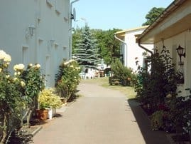 Eingang zur Wohnung und Durchfahrt zum Parkplatz