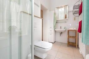 Hier der Blick in das schöne helle Bad mit Fenster und Echtglasdusche.