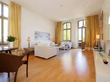 Heller Wohnraum mit Seeblick und Zugang zum Balkon