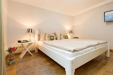 Das Schlafzimmer hält für Sie ein TV-Gerät, ein Doppelbett und einen großen Kleiderschrank bereit.
