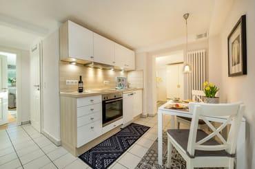 Die schöne neue Küchenzeile mit weißen Hochglanzfronten bietet Geschirrspüler ...