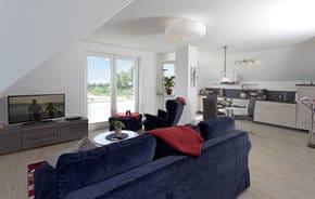 Der Wohnbereich verfügt über eine vollausgestattete Küchenzeile, Esstisch sowie gemütlichem Sofa mit Lesesessel. Das Wohnzimmer ist mit Panoramafenstern ausgestattet und bietet...