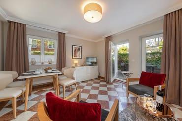 Das schöne Wohnzimmer mit Austritt zur Terrasse.