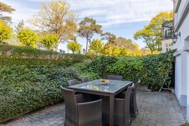 Die Terrasse liegt zur Seeseite (ohne Meerblick) und ist komfortabel möbliert.