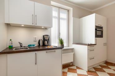 Die separate Küche hat eine Küchenzeile mit Geschirrspüler, Mikrowelle, 2-Platten-Cerankochfeld ...
