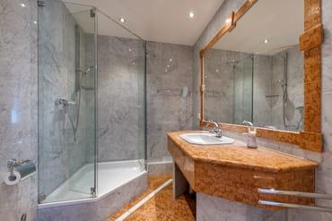 Das Bad hat Dusche, WC und Fön.
