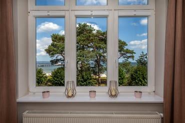Das Wohnzimmer hat einen schönen Blick auf die Ostsee.