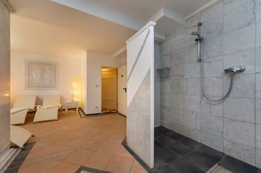 ... mit Ruheraum und Dusche kostenfrei bereit.