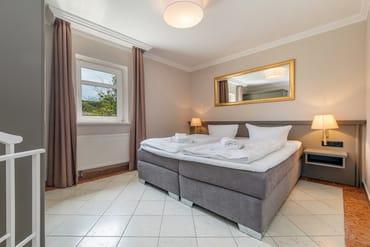 Das Schlafzimmer hat Doppelbett ...
