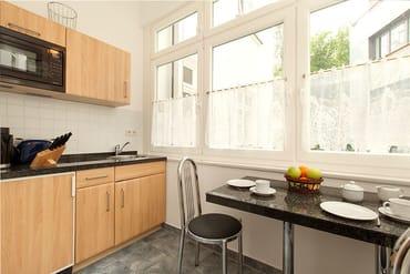 Küchenzeile und Eßbereich befinden sich im nach Süden ausgerichteten geschlossenen Balkon.