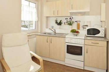 kombinierter Wohn-/Schlafraum mit Küchenzeile