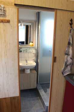 Blick in den Sanitärbereich (Dusche)