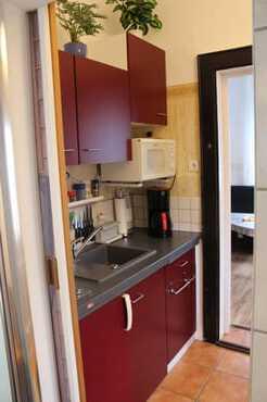 Blick in den Flur-/Küchenbereich aus dem Sanitärbereich