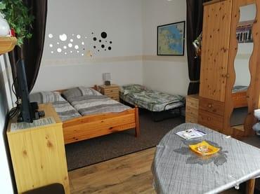 Schlafbereich im kombinierten Wohn-/Schlafraum mit der Aufbettung