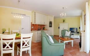 ...TV und stilvollen Möbeln muss man sich einfach wohlfühlen! Ein Esstisch bietet Platz für vier Personen, um den kulinarischen Freuden zu frönen. Für die Zubereitung der Lieblingsspeisen bietet ...