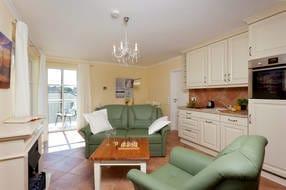 ... die in den Wohnraum integrierte hochwertige Küchenzeile beste Voraussetzungen. Farblich angepasst lässt diese keinen Wunsch unerfüllt