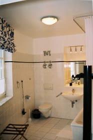das geräumige Badezimmer