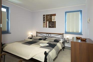 Die 2 Schlafzimmer (1x Doppelbett, 1x Zweibett) verfügen über Komfortmatratzen in je 90x200 cm, verstellbare Lattenroste sowie große Kleiderschränke mit jeder Menge Stauraum