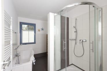 Badezimmer mit Badewanne UND Dusche mit niedrigem Einstieg - für jeden Geschmack etwas dabei