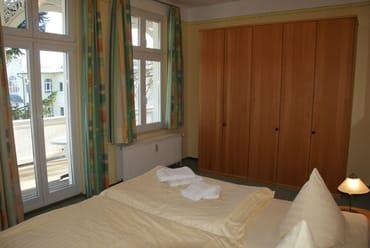 die große Schlafstube mit direktem Balkonzugang