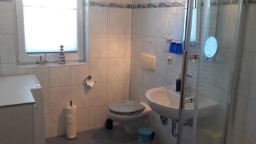 Badezimmer mit WC und Dusche, Waschmaschine, Fön, Kosmetikspiegel