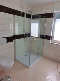 große Dusche u. WC