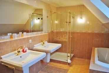 2. Bad mit Dusche, Wanne und Fenster