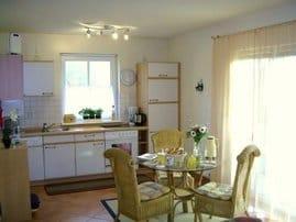 großzügige helle Küche mit bodentiefen Fenstern