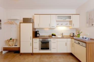 Der Wohnbereich wird mit einem Essplatz und einer offenen Küchenzeile optimal ergänzt ...