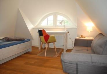 Studio mit Einzelbett (90x190cm), als Wohn- und Schlafraum nutzbar, Schreibtisch-Ecke