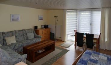 Wohnzimmer mit Schlafcouch, Doppelbett, Essplatz und Terrasse (Grillmöglichkeit)